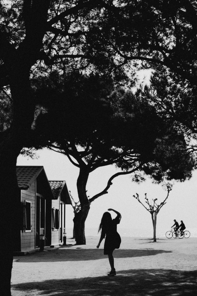 photographe de famille à montpellier - fillette jouant sur la plage