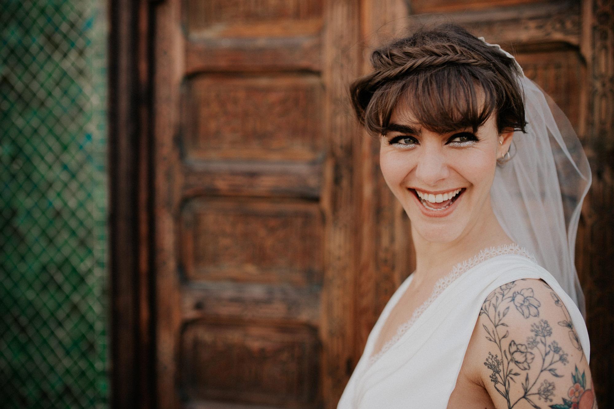photographe de mariage Toulouse - une mariee tatouee rit