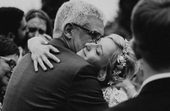 une mariee en pleurs dans les bras de son pere au domaine de rochemontes