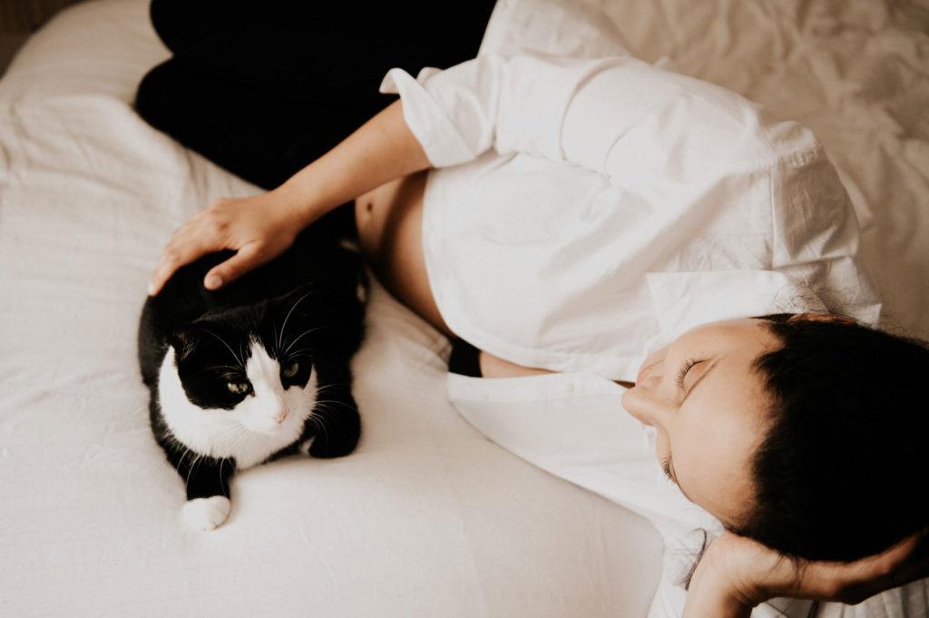 femme enceinte et son chat - seance photo
